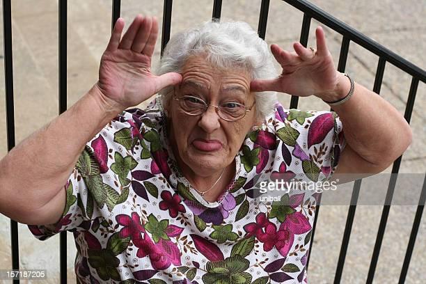 vieille dame de pitre - mamie humour photos et images de collection