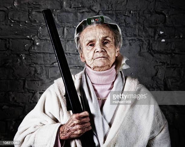 Vieille femme avec un fusil de chasse