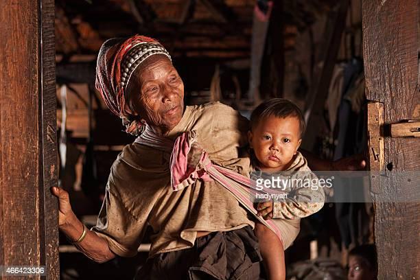 old lao mujer sostiene un bebé en el norte de laos - laos fotografías e imágenes de stock