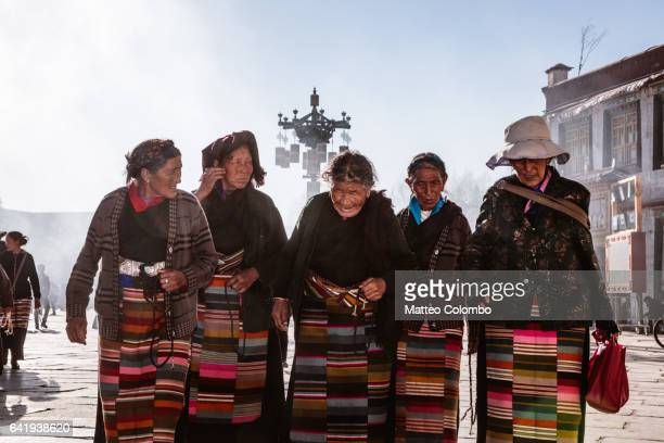 old local women in barkhor square, lhasa, tibet - tibet stockfoto's en -beelden