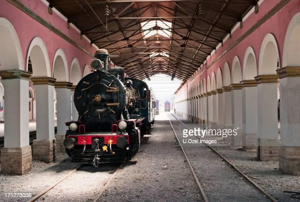 alte lokomotive - u bahnsteig stock-fotos und bilder