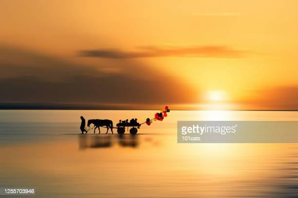 gubben och hans familj går på vattnet med en vagn. - landformation bildbanksfoton och bilder