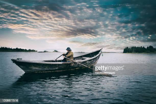 vieil homme et la mer - bateau à rames photos et images de collection