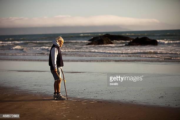 old man by the sea - wit haar stockfoto's en -beelden