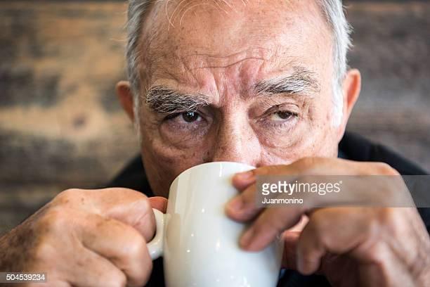 Alter Mann mit Kaffee oder Tee