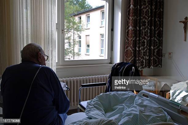vieil homme dans un hôpital - chambre hopital photos et images de collection