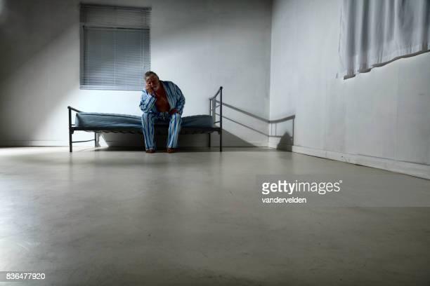 vieil homme dans un asile - hôpital psychiatrique photos et images de collection