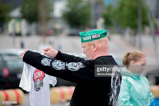 老人男性は、フィンランドのヘルシンキにおけるフリーマーケット