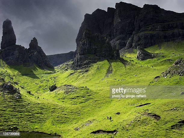 old man of storr - weite landschaft stock-fotos und bilder