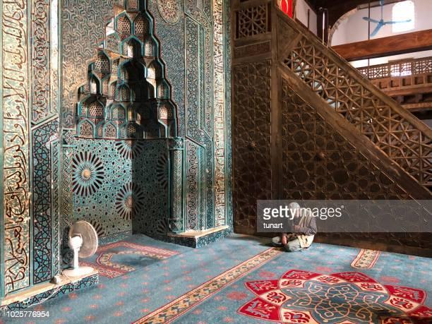 oude man praying in esrefoglu moskee, beysehir, konya, turkije, midden-oosten, azië - moskee stockfoto's en -beelden