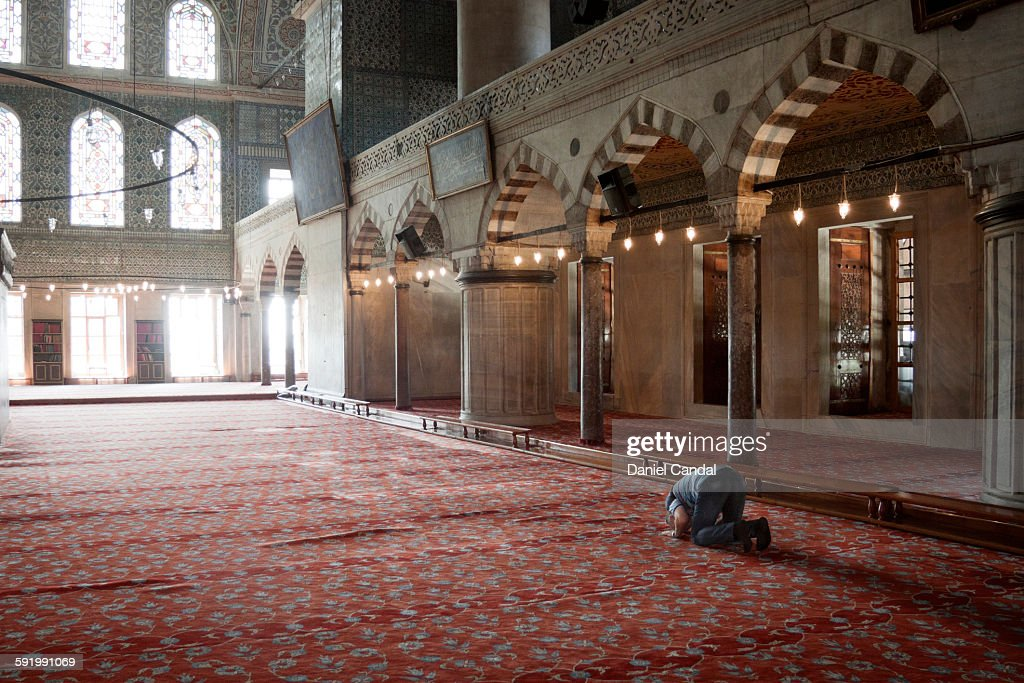 Old man praying in the Sultan Ahmed mosque : Stock Photo