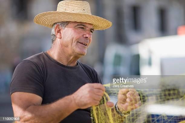 Alter Mann Vorbereitung fishing net