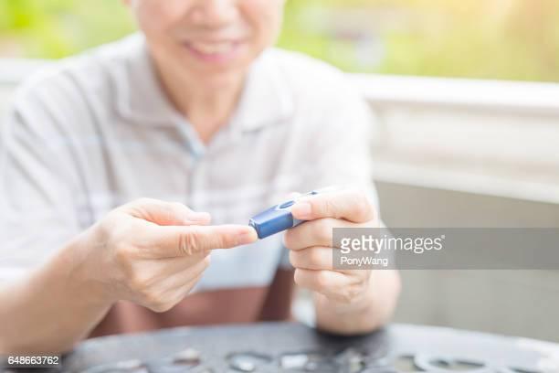 Gammal man förebyggande av diabetes