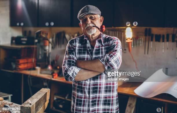 Vieil homme fumant avec pipe