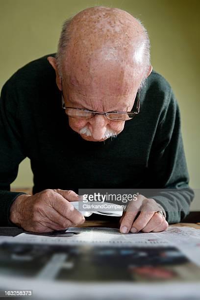 Hombre viejo con la degeneración Macular