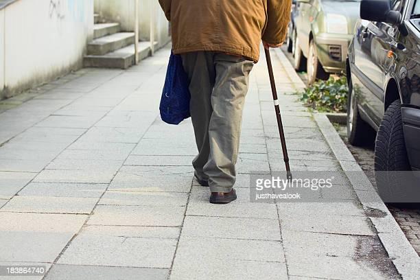 Viejo hombre con poca stick