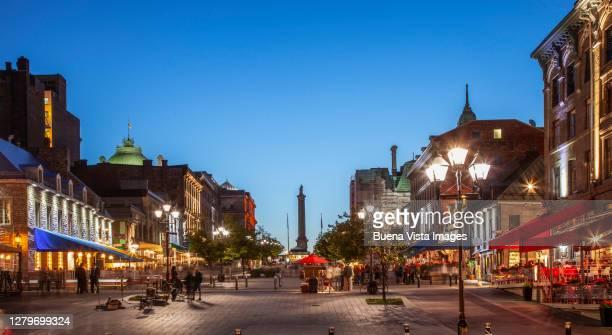 old montreal at night - ジャック カルティエ ストックフォトと画像