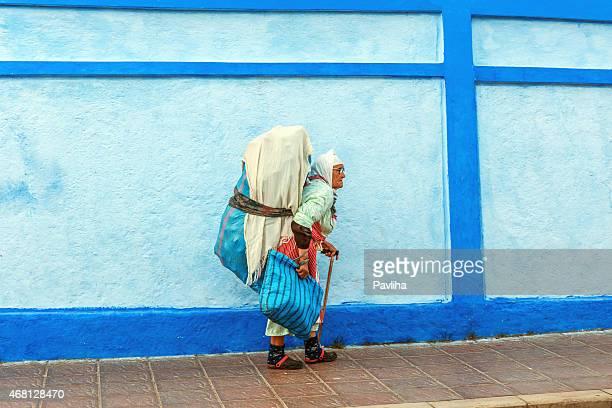old marroquí las mujeres tiene residuos en la espalda chechaouen marruecos - chefchaouen fotografías e imágenes de stock