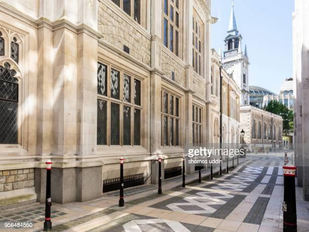 old narrow street of london - ギルドホール ストックフォトと画像