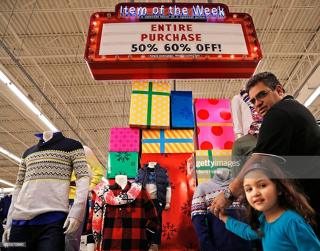 Old Navy advertises Black Friday sales to draw the attention of ...