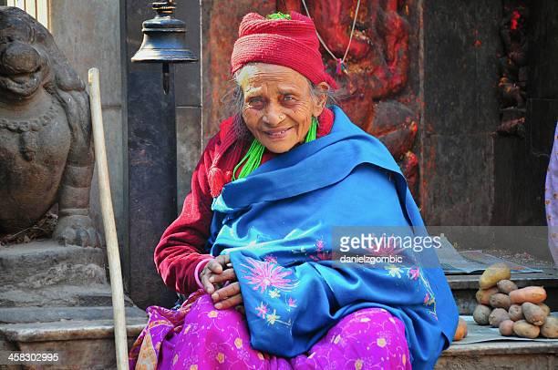 旧情緒あふれるネパールの女性 - カトマンズ ダルバール広場 ストックフォトと画像