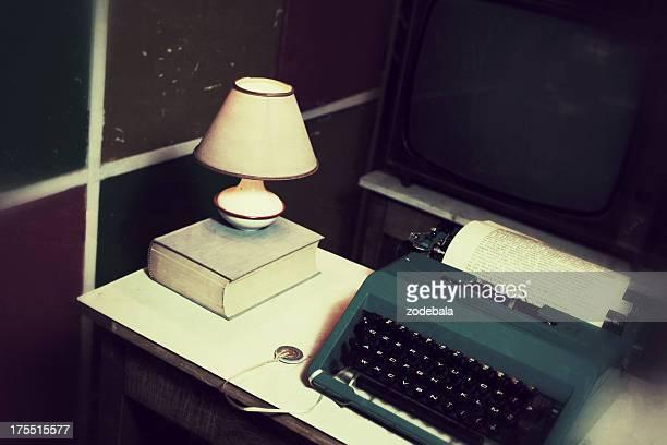 La antigua oficina con máquinas de escribir Vintage y documento