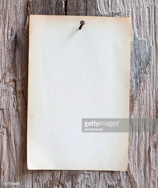 Zufrieden altes Papier, um einen verwitterten Holz Bord.