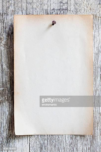 velho papel pregadas em uma tábua de madeira envelhecida. - prego - fotografias e filmes do acervo