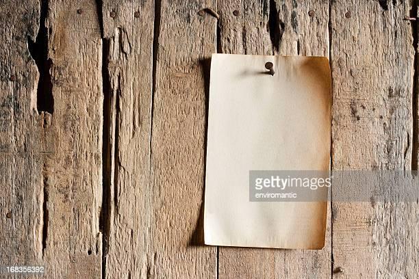 Velho papel pronto para uma mesa de madeira resistiu.