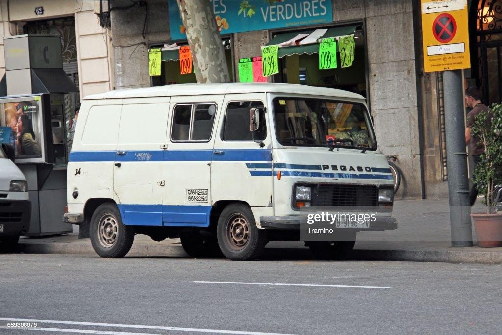 Viejo Pegaso J4 van parado en la calle : Foto de stock