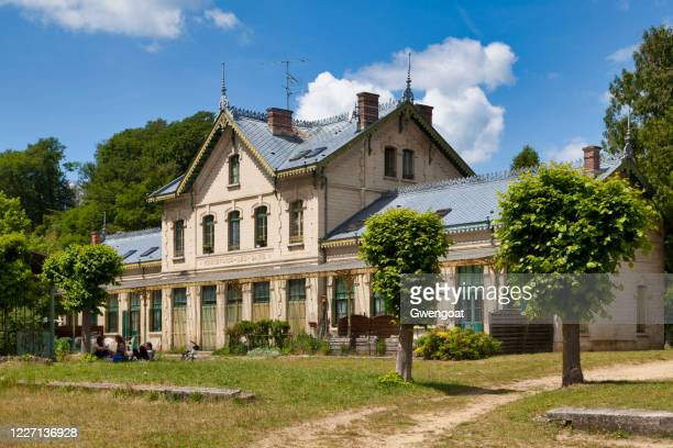 old pierrefonds railway station - gwengoat stock pictures, royalty-free photos & images