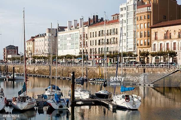 puerto antiguo de gijón y vista de población, asturias, españa. - gijon fotografías e imágenes de stock