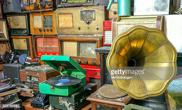 old record players and radios at flea market  ulus turkey - collection stock pictures, royalty-free photos & images