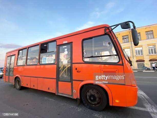 ニジニ・ノヴゴロド(ロシア)の路上での古い赤いバス - ニジニ・ノヴゴロド州 ストックフォトと画像