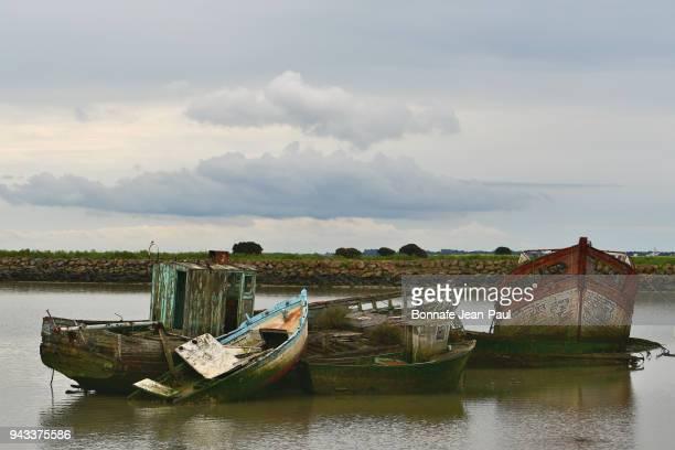 old remains of wooden boats in noirmoutier - noirmoutier photos et images de collection