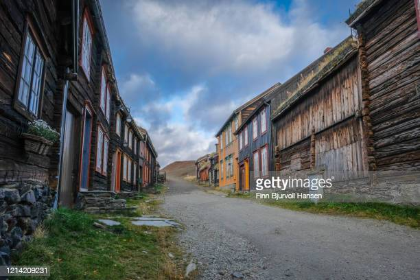 old road wih wooden houses at røros norway - finn bjurvoll - fotografias e filmes do acervo