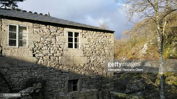古い田舎の石造りの家の詳細、スレート屋上。ガリシア、スペイン。 - 石造りの家 ストックフォトと画像