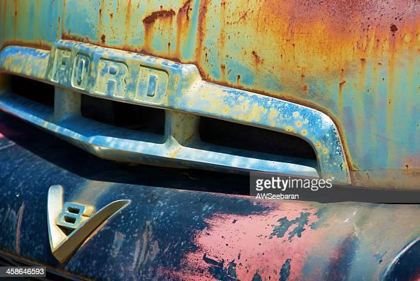 旧錆びたフォードfシリーズトラック - v型8気筒 ストックフォトと画像