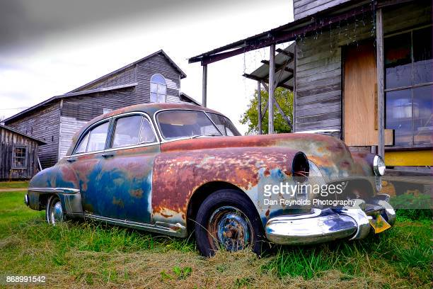 old rusty car - rust colored fotografías e imágenes de stock