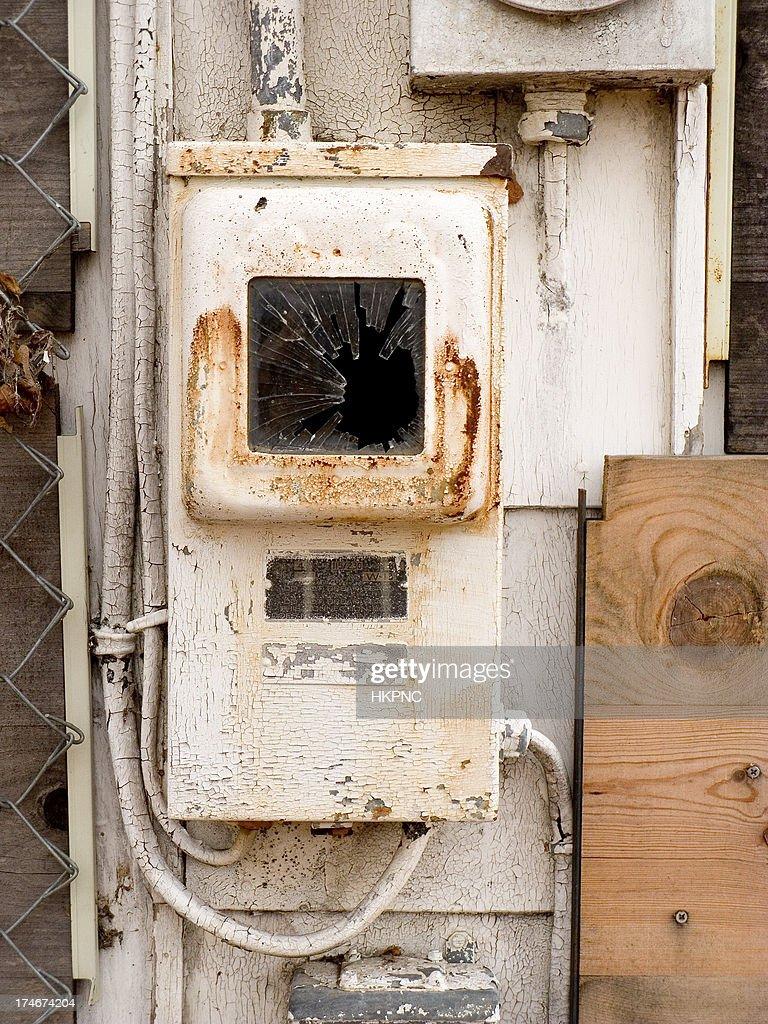 Alte rostige Fuse Box mit Pealing Farbe an verlassenen Haus : Stock-Foto