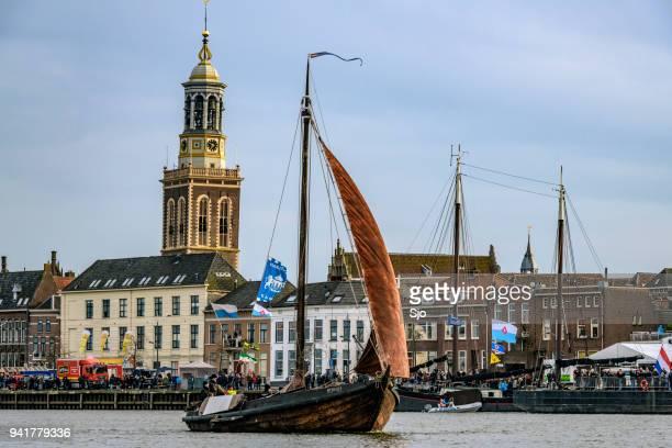 Oude zeilboot Botter op de rivier de IJssel tijdens het evenement 2018 varen Kampen