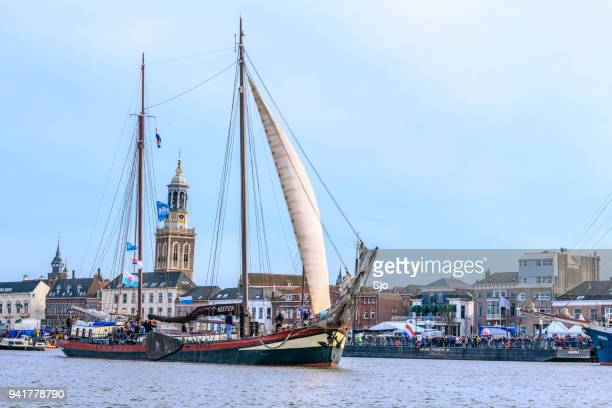 Oude zeilschip op de rivier de IJssel tijdens het evenement 2018 varen Kampen