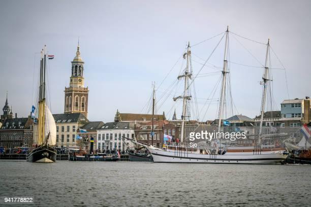 Oude zeilen schepen op de rivier de IJssel tijdens het evenement 2018 varen Kampen