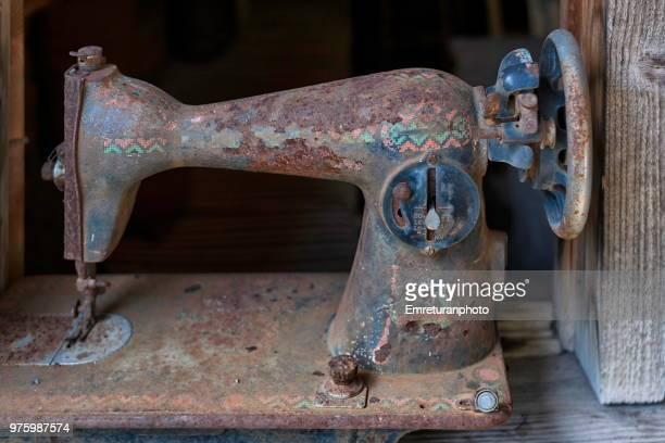 old sewing machine in the camp area. - emreturanphoto stockfoto's en -beelden