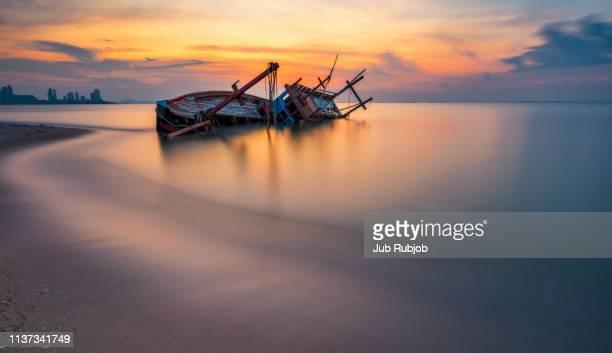 old shipwreck boat abandoned stand on beach - provinz chonburi stock-fotos und bilder