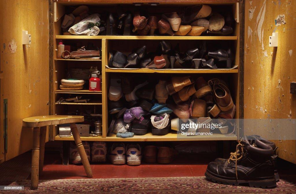 クローゼットの中に古い靴 : ストックフォト