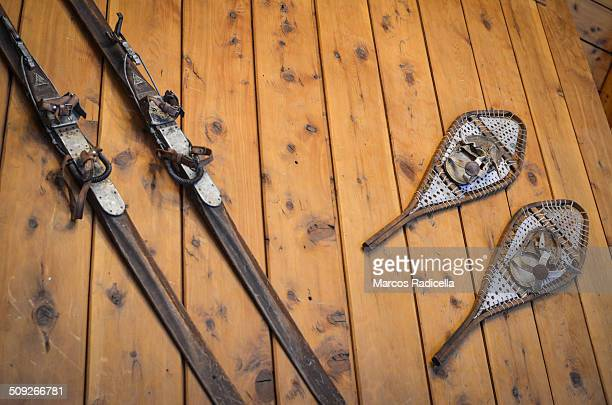 old skis and snowshoeing on a wooden wall - radicella imagens e fotografias de stock