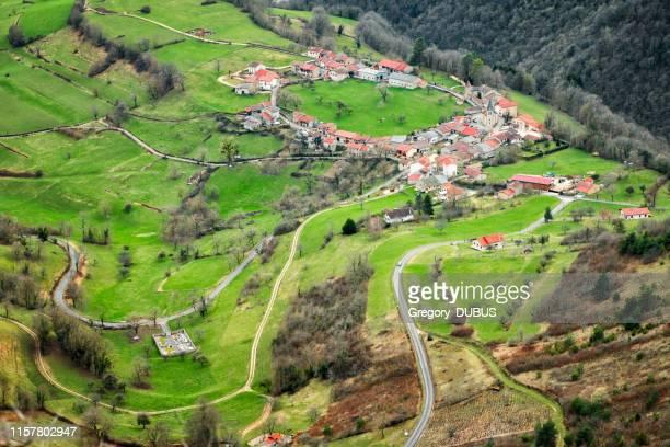 古い小さなフランスの小さな村、オンシウの円形の建築、アイン県のブギー山脈の谷の空中眺め - オーヴェルニュ=ローヌ=アルプ ストックフォトと画像