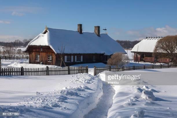 Maison en bois couvert de neige ancienne