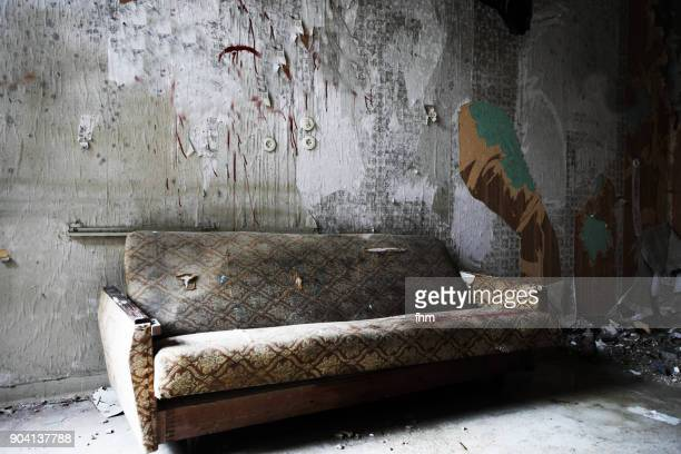 old sofa in an abandoned building - ruine stock-fotos und bilder